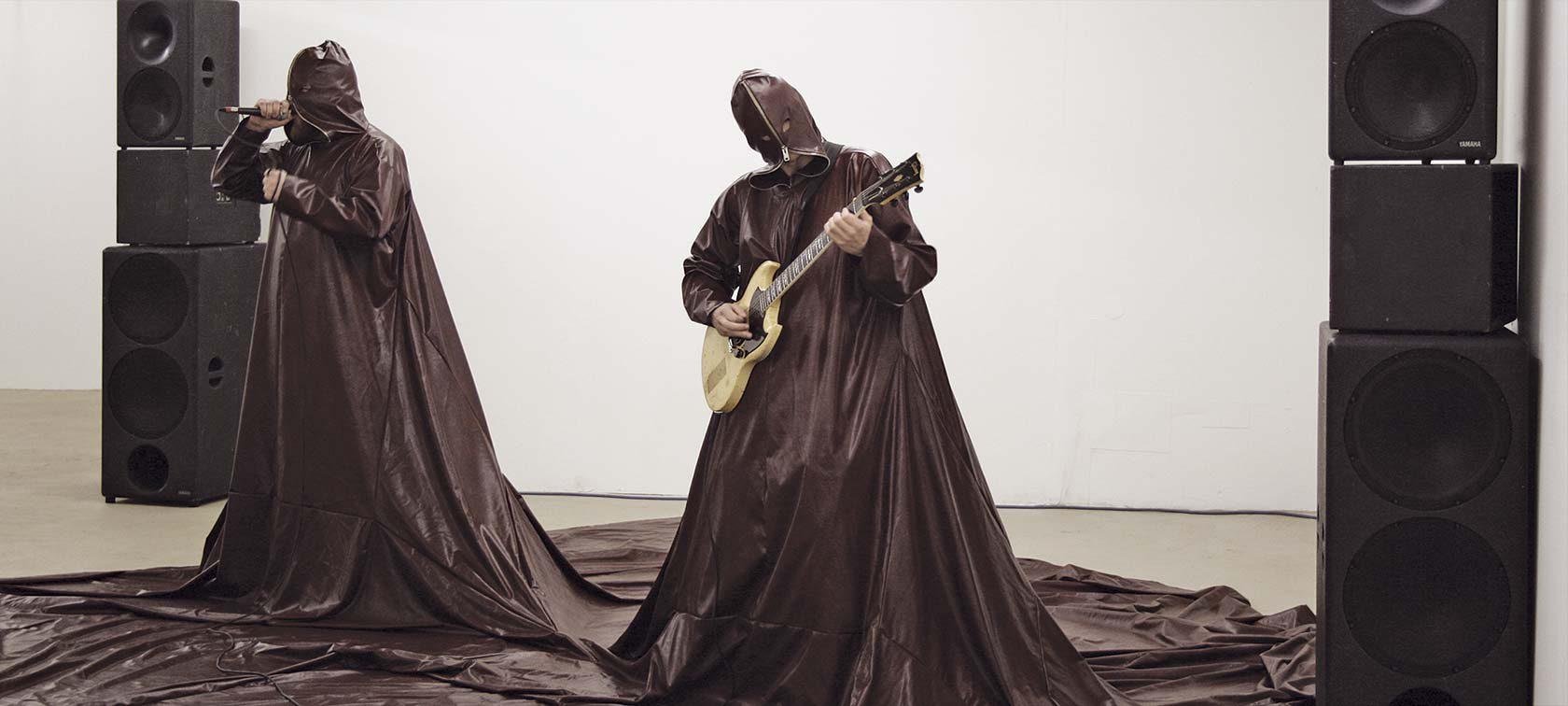 Die Death–Metal Gewänder sind ca 6 x 5 m groß und werden jeweils nur für eine einzige Performance verwendet.