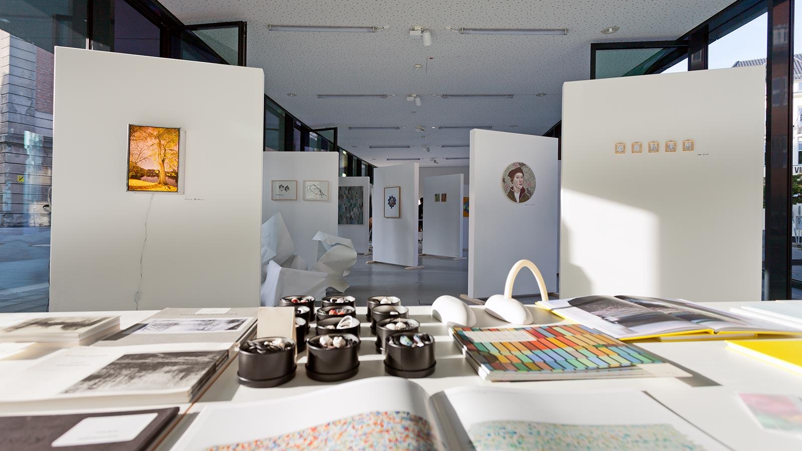 Kunstraum B, hier zu Gast im Glasfoyer der Muthesius Kunsthochschule / Foto: © Sven Gebert