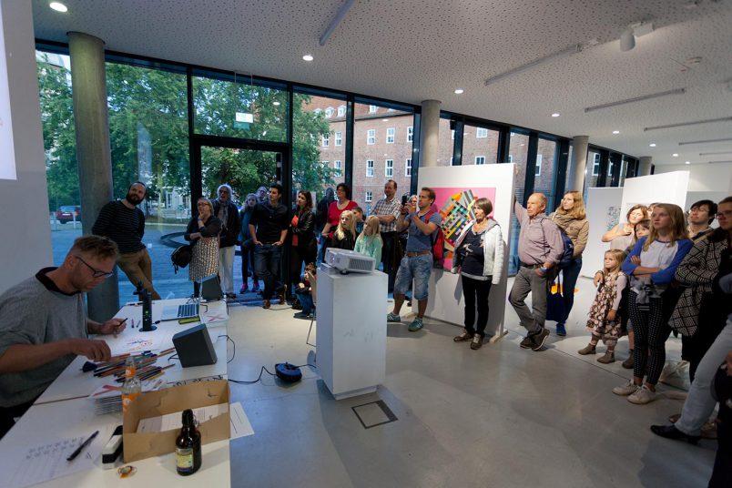 Gregor Hinz zeichnet und liest live (hier bei der Museumsnacht 2017 im Kunstraum B)