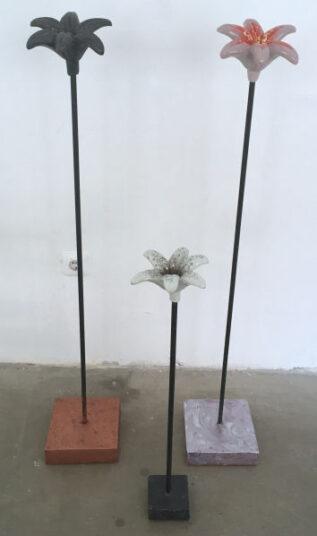 lilien mit betonpodest, je 85,00 €